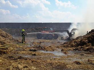 Požár stohu slámy vzemědělském areálu vBřestu likvidovali hasiči zdruhého stupně požárního poplac