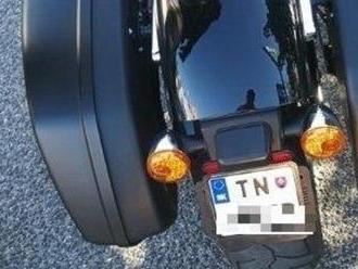 Motocyklista si dal vyrobiť evidenčné číslo: Vraj sa mu menšie páči viac, hrozí mu pokuta