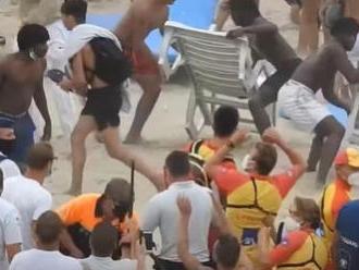 Dramatické VIDEO z pláže: Hromadná bitka dovolenkárov trvala vyše štyri hodiny