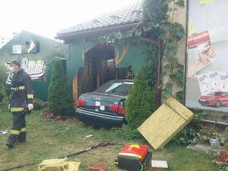 Kuriózna nehoda v Liptovskom Mikuláši. Auto vrazilo do reštaurácie