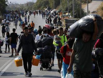 Polícia v Grécku začala presúvať migrantov do provizórneho tábora