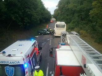 Pri čelnej zrážke autobusu a osobného vozidla na ceste I/75 v katastri obce Príbelce vo Veľkokrtíšsk