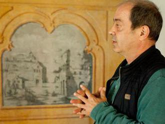 Koupili středověký dům v Prachaticích. Při opravě našli vzácné fresky z 18. století