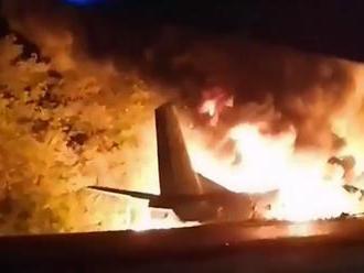 Na Ukrajine sa zrútilo vojenské lietadlo, zahynulo najmenej 22 ľudí