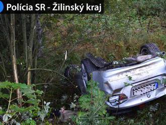 BMW spadlo do rokliny na Čertovici. Vodič prežil, spolujazdec je mŕtvy