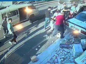VIDEO: Od tragédie ich delili len centimetre. Rútiace sa auto tesne minulo kočík s dieťaťom