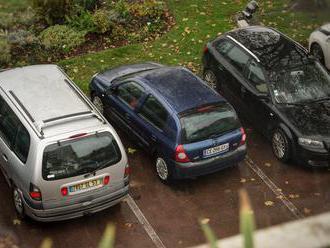 V Petržalke už platí nový systém parkovania. Jeden rezident môže mať na registráciu dve autá