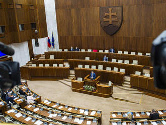 Poslanci pokračujú v rokovaní o zmenách pre pandémiu