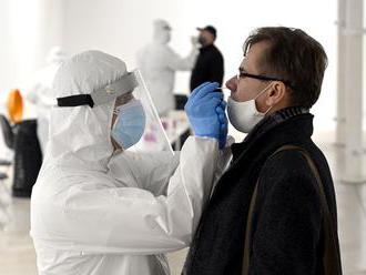 Vedci upozorňujú: Pri celoplošnom testovaní hrozí veľké riziko infekcie ľudí britským variantom koro
