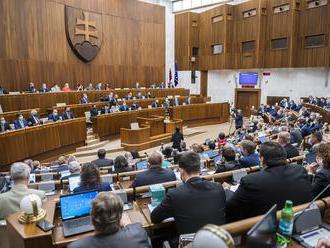Ak sú splnené podmienky pre skrátené legislatívne konanie, okamžité zvolanie schôdze je logické, tvr