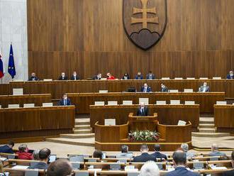Poslanci dnes majú rozhodnúť o navrhovaných sankciách za prednostné očkovanie