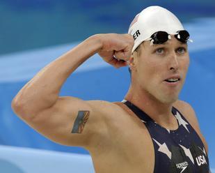 Olympijského víťaza v plávaní Kellera obvinili za účasť na útoku na Kongres
