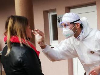 Pribudli tisícky infikovaných koronavírusom a takmer sto úmrtí