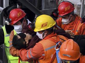 Záchranári po dvoch týždňoch vytiahli z bane vo východnej Číne 11 uviaznutých baníkov