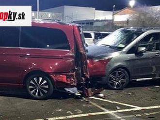 Zamestnanec Mercedesu sa TAKTO pomstil za výpoveď. Zobral rýpadlo a rozbil 50 áut