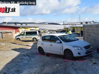 Tragická nehoda v Letanovciach: Auto pritlačilo malého chlapca o múr, zraneniam podľahol