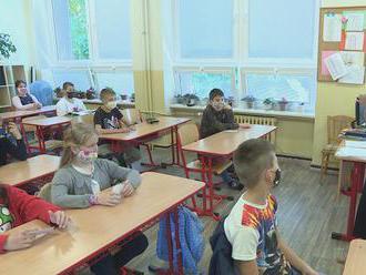 Učitelia sa cítia ohrození. Minister Gröhling chce, aby tých starších zaočkovali už v druhej vlne