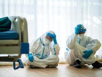 Žiadna chrípka. Pozrite si, ako COVID-19 prispel na Slovensku k najvyššej úmrtnosti od 2. svetovej v