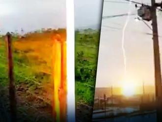 VIDEO: Muž si nakrúcal rozdielne počasie na oblohe. Odrazu do neho udrel blesk