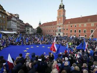 Tisíce ľudí demonštrovali v Poľsku proti verdiktu súdu a za členstvo v EÚ