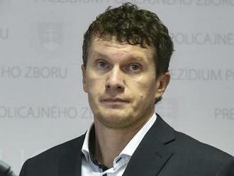 Exšéf NAKA Branislav Zurian sa bojí o život, ukrýva sa v zahraničí. Za stieračom auta ho čakal odkaz, syn našiel vo dverách zastrčený list