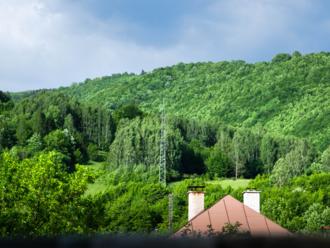 Dotácie na obnovu rodinných domov: Na jeden 16-tisíc eur, najrýchlejší majú prednosť, chatári a podvodníci vraj majú smolu