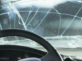 Vážna nehoda áut a autobusu na Záhorí! Policajti varujú pred neprejazdnou cestou
