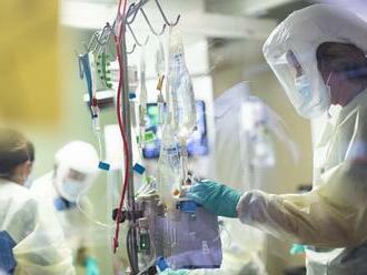 Počet prípadov covidu celosvetovo klesá, v Európe je to inak: Viac chorých a mŕtvych