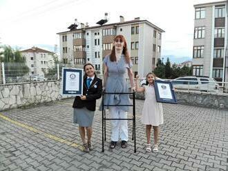 Keď sedí, je vysoká ako priemerný človek. Najvyššou ženou na svete je 24-ročná Turkyňa