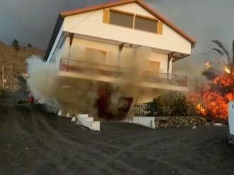 Kamera zachytila moment, ako láva na ostrove La Palma zdemolovala rodinný dom