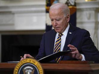 Biden podepsal dekret, který by mohl zmírnit nedostatek čipů