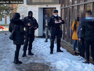 V Spišskej Novej Vsi našla polícia otvorené predajne textilu