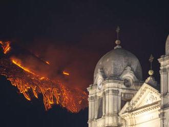 Talianska sopka Etna opäť chrlila lávu a popol