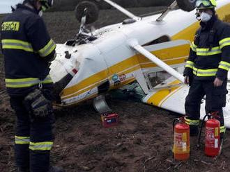 Po nehodě ultralightu na Berounsku skončili dva lidé preventivně vpéči zdravotníků