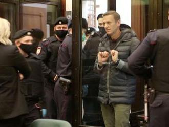 Navalnyj míří z Moskvy do trestanecké kolonie. Odpyká si tam svůj dvouletý trest - Aktuálně.cz - Akt