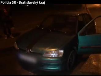 Šoféroval s falošnými dokladmi, v aute viezol podozrivú elektrotechniku