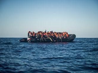 Mimovládka Sea-Watch vyzdvihla v Stredozemnom mori desiatky utečencov