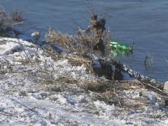 V Bošanoch sa pravdepodobne utopil mladý muž, s kamarátom popíjali na brehu