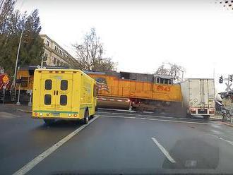VIDEO: Kamionista ignoroval svetelné znamenie aj závory. Zrážku s vlakom zachytila kamera