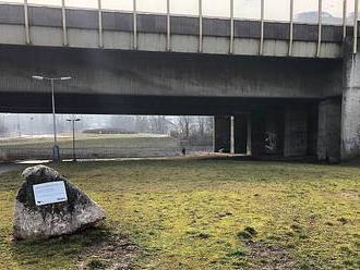 Pod dálničním mostem v Berouně ležel mrtvý muž. Policisté nařídili pitvu