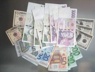 Koruna v úvodu týdne zpevnila k euru a oslabila k dolaru