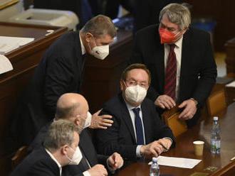 KSČM se distancuje od vlády, kabinet ale vydrží do voleb, míní politologové