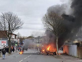 V Severnom Írsku pokračovali výtržnosti, v Belfaste podpálili autobus