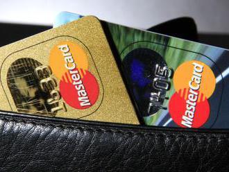 Platby kartami v Británii dosiahli najvyššiu úroveň od predvianoc