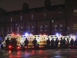 Severoírski demonštranti hádzali po policajtoch zápalné fľaše a kamene
