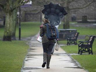 SHMÚ upozorňuje na silný vietor, snehové jazyky aj sneženie