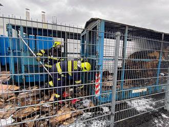 Neznámý žhář zapálil papír naskladněný vkovové kleci za obchodním centrem Olympia Teplice.…