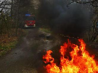 VMokřanské ulici vPraze hasiči zlikvidovali požár odpadu na volném prostranství. Plamenyse…