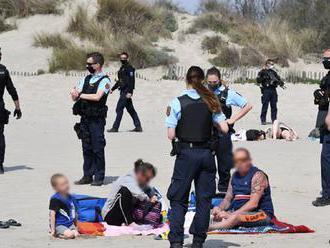 So samopalmi a veľkým počtom ozbrojených policajtov na pláži Grand-Travers