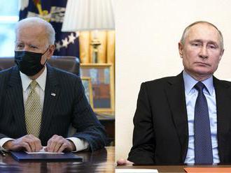 Biden varoval Putina po telefóne a navrhol mu stretnutie